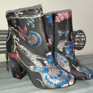 "🎁🎄JUSTFABULOUS ""BESHA"" FABRIC ZIP-UP BOOTIES"